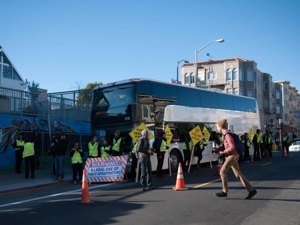 """""""Google-Bus"""" wird an einer Muni-Haltestelle von Demonstranten blockiert."""